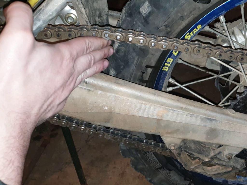 Cómo tensar correctamente la cadena de tu moto de enduro