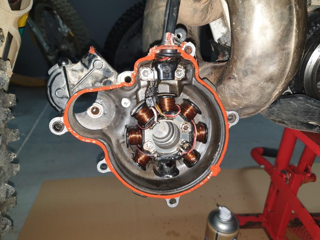 Aplicar silicona por todo el perimetro en ambos lados bañar en aceite arranque KTM Husaberg Husqvarna